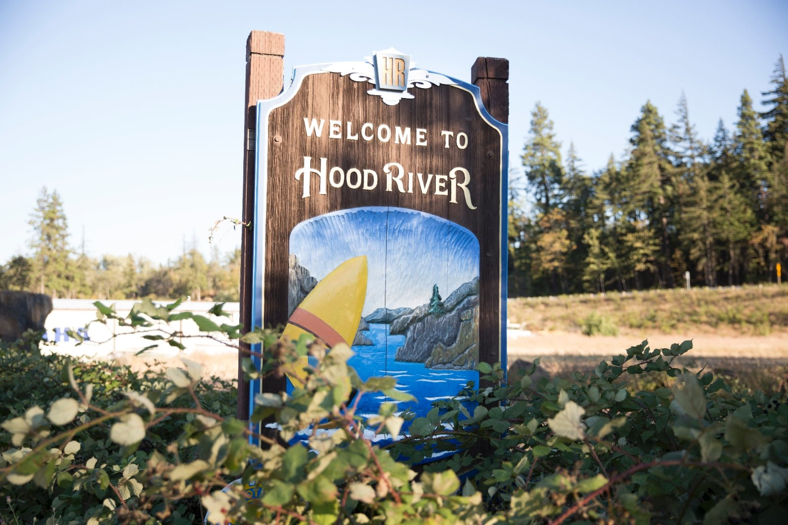 Hood River welcome sign.
