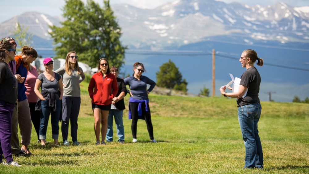 An educator teaches a workshop on how to effectively teach kids outdoors.